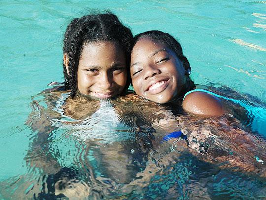2 jeunes filles prenant un bain de mer en Martinique